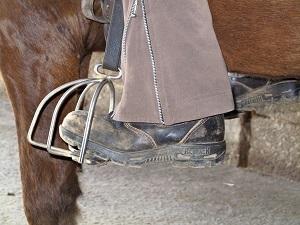 Die Streben vorne an den Steigbügeln verhindern ein Durchrutschen des Fußes
