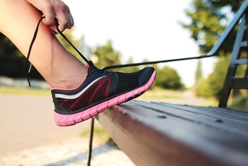 Schnürsenkel am Turnschuh zubinden beim Ausgleichssport zum Reiten