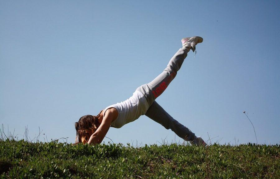 Yoga für Reiter auf einer Wiese mit blauem Himmel