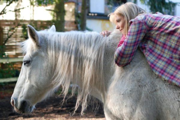 Autorin Karin Müller auf dem Rücken ihres Pferdes