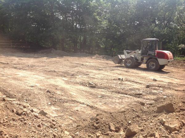 Die Betonstücke, die immer wieder zum Vorschein kamen, erschwerten den Bau des Reitplatzes enorm